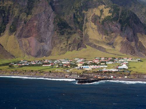 قرية إيدنبرا ذات البحار السبع في مجموعة جزر تريستاندا كونا