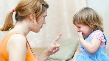 بعض الأخطاء الشائعة التي يرتكبها الأهل أثناء تربية أطفالهم مجموعة من السلوكيات الخاطئة التي يقوم بها الوالدان في تربية أطفالهم الوالدين الطفل