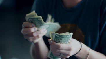 ما هي قاعدة 50/20/30 ؟ وكيف يمكنها تنظيم حياتك كيفية إعادة ترتيب نمط الحياة تنظيم الضروريات المالية تخصيص الميزانية الشهرية